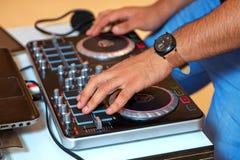 递搅动在您的一位DJ整理 免版税库存照片