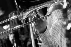 递播放在乐队的音乐家伸缩喇叭 免版税图库摄影