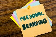 递文字文本显示个人烙记的说明启发 在稠粘的便条纸写的品牌大厦的企业概念 图库摄影