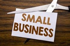 递文字文本显示小企业的说明启发 Family的Owned在笔记写的Company企业概念,木ba 免版税库存照片