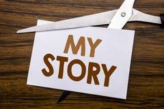 递文字文本显示我的故事的说明启发 告诉的企业概念告诉关于在笔记写的您,木后面w 免版税库存图片