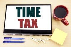 递文字文本显示时间税的说明启发 征税在片剂膝上型计算机写的财务提示的企业概念 O 库存图片