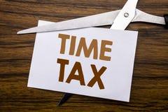递文字文本显示时间税的说明启发 征税在笔记写的财务提示的企业概念,木bac 图库摄影