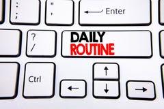 递文字文本显示每日惯例的说明启发 在白色键盘键写的日常生活方式的企业概念 库存照片