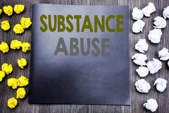 递文字文本显示滥用毒品的说明启发 健康医疗药物的企业概念被写在没有笔记薄的笔记 库存图片
