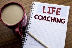 递文字文本显示生活教练的说明启发 在便条纸notepa写的个人教练帮助的企业概念 库存图片