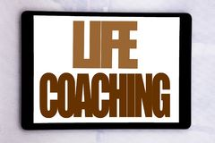 递文字文本显示生活教练的说明启发 在片剂屏幕写的个人教练帮助的企业概念  图库摄影