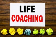 递文字文本显示生活教练的说明启发 在稠粘的笔记写的个人教练帮助的概念,与稠粘, 库存图片