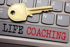 递文字文本显示生活教练的说明启发 在t的键盘键写的个人教练帮助的企业概念 库存照片