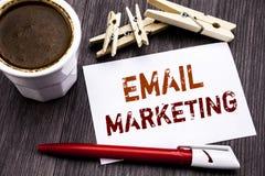 递文字文本显示电子邮件行销的说明启发 在稠粘的笔记pa写的网上网促进的企业概念 库存照片
