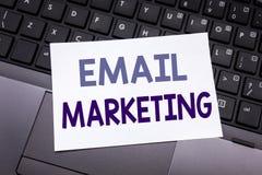 递文字文本显示电子邮件行销的说明启发 在稠粘的笔记pa写的网上网促进的企业概念 免版税库存图片