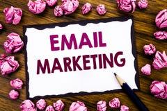 递文字文本显示电子邮件行销的说明启发 在稠粘的笔记pa写的网上网促进的企业概念 免版税库存照片