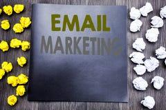 递文字文本显示电子邮件行销的说明启发 在笔记薄笔记写的网上网促进的企业概念n 免版税库存照片