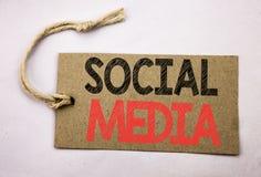 递文字文本显示社会媒介的说明启发 在价牌pape写的环球网网络的企业概念 库存照片