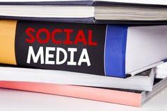 递文字文本显示社会媒介的说明启发 在Th的书写的环球网网络的企业概念 免版税库存照片