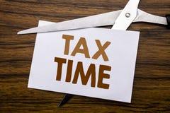 递文字文本显示税时间的说明启发 征税在笔记写的财务提示的企业概念,木bac 库存照片