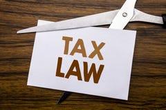 递文字文本显示税法的说明启发 征税在笔记写的税收规则的企业概念,木后面与 免版税库存照片