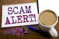 递文字文本显示诈欺戒备的说明启发 在木b的便条纸写的欺骗警告的企业概念 免版税图库摄影