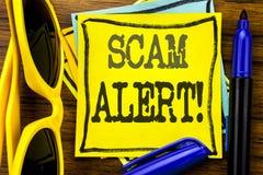 递文字文本显示诈欺戒备的说明启发 在稠粘的便条纸写的欺骗警告的企业概念,木 免版税库存图片
