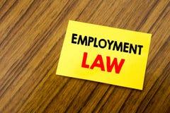 递文字文本显示雇用法律的说明启发 在稠粘的笔记写的雇员法律正义的企业概念p 库存照片