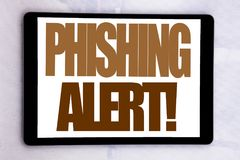 递文字文本显示Phishing戒备的说明启发 在片剂屏幕写的欺骗警告危险的企业概念o 库存照片