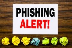 递文字文本显示Phishing戒备的说明启发 在稠粘的笔记写的欺骗警告危险的概念,用棍子 图库摄影