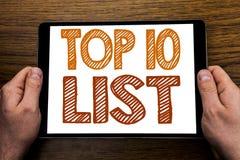 递文字文本说明名列前茅10十张名单在片剂膝上型计算机写的成功十名单的企业概念,木背景与 免版税库存照片