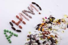 递文字文本说明启发卫生保健健康概念写与药片药物胶囊词ah1n1在白色ba 库存照片