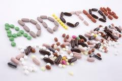 递文字文本说明启发卫生保健概念写与药片药物胶囊词毒瘾在被隔绝的白色 免版税库存图片