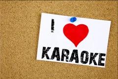 递文字文本说明我爱卡拉OK演唱概念意思唱歌卡拉OK演唱在稠粘的笔记写的音乐爱的启发陈列, 免版税库存照片