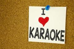 递文字文本说明我爱卡拉OK演唱概念意思唱歌卡拉OK演唱在稠粘的笔记写的音乐爱的启发陈列, 库存照片