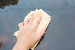 递有黄色羚羊microfiber毛巾的洗涤的汽车 库存照片
