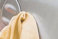 递有黄色羚羊microfiber毛巾的洗涤的汽车 免版税库存照片