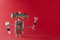 递板钳活络扳子红色背景的机器人杂物工 友好的服务自动化玩具由电子制成 免版税库存照片