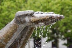 递水流量的雕象 在的纪念碑装饰 库存图片