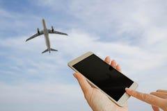 递用途在蓝天和白色云彩blurrd照片的巧妙的电话  免版税库存图片