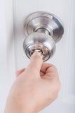 递用途打开的门把手钥匙在白色门 库存照片