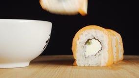 递由筷子采取寿司并且浸洗它在大豆 股票视频