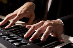 递男性钢琴使用 图库摄影