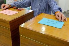 递确认一张投票的选票在市级选举 库存照片