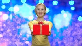 递礼物盒的可爱的妇女对您 股票录像