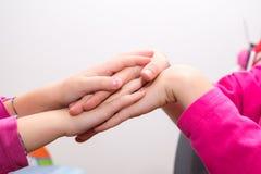 递编织的小女孩,横渡的手,手接触 免版税库存照片