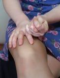 递膝盖赤裸s妇女 库存照片