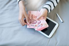 递计数泰国金钱的妇女 免版税图库摄影