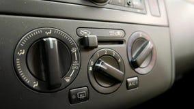 递转动的汽车加热器和调整汽车气候控制按钮 股票录像