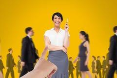 递选择黄色背景的一个女商人与商人走 库存照片