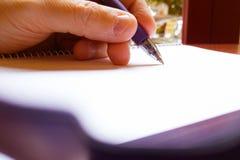 递采取关于一个白纸的有些笔记 图库摄影