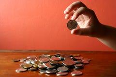 递采摘从一束的一枚硬币零钱或硬币 库存图片