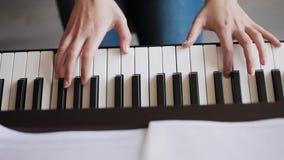 递钢琴使用 股票视频