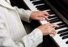 递钢琴 图库摄影